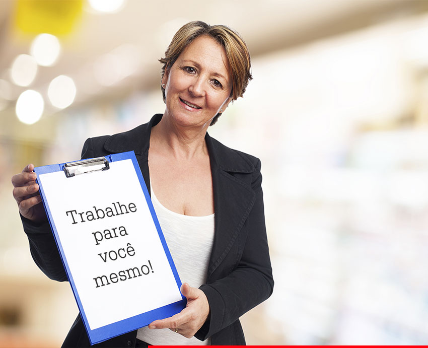 Mulher segurando prancheta com a escrita: trabalhe para você mesmo