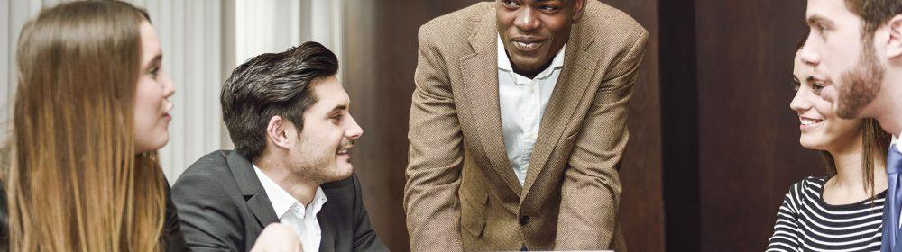 Líder em reunião com equipe de profissionais