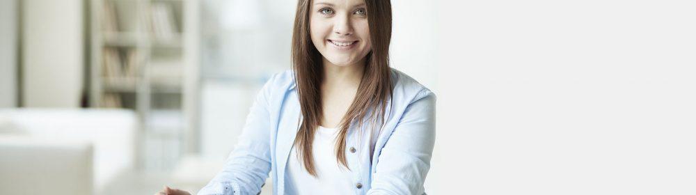 Moça estudando e sorrinfo